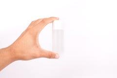 Sirva la mano que sostiene una pequeña crema del tubo en blanco Fotografía de archivo