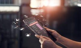 Sirva la mano usando actividades bancarias en línea y el icono en el dispositivo de la pantalla de la tableta imagenes de archivo