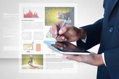 Sirva la mirada de la carta del mercado de acción en tableta Fotos de archivo