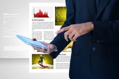 Sirva la mirada de la carta del mercado de acción en tableta Fotografía de archivo