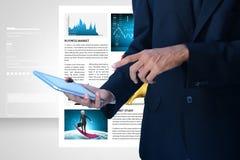 Sirva la mirada de la carta del mercado de acción en tableta Foto de archivo