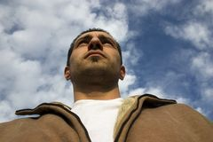 Sirva la mirada para arriba con las nubes en el fondo Imagenes de archivo