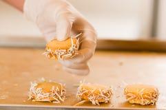 Sirva la mudanza de una galleta con milk caramelizada dulce de leche y coco, galletas Alfajores de Argentina Imágenes de archivo libres de regalías