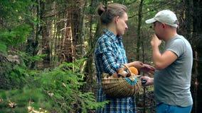 Sirva a la mujer triste del abrazo debido a pérdida en bosque al escoger setas almacen de metraje de vídeo