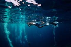 Sirva la natación libre del buceador en el océano, foto subacuática con el buceador fotos de archivo libres de regalías