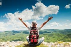 Sirva la naturaleza rica de saludo del caminante en el top de la montaña Foto de archivo