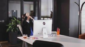 Sirva la oficina que pone el lubricante en ojos concepto de los ojos secos almacen de metraje de vídeo