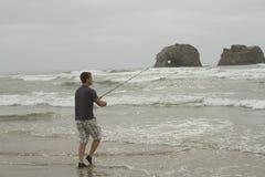 Sirva la pesca en la resaca en la playa de Rockaway Foto de archivo libre de regalías
