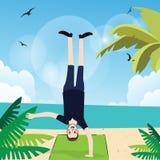 Sirva la posición del pino con una mano en la acción de la diversión del ejercicio de la playa al revés Imagen de archivo