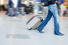Sirva la precipitación para coger su vuelo en aeropuerto Imagen de archivo libre de regalías