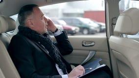 Sirva la preparación para una reunión en el asiento trasero del coche metrajes