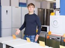 Sirva la presentación en la sección de los aparatos electrodomésticos del supermercado Foto de archivo