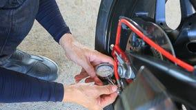 Sirva la prueba de presión manual de aire del neumático de la motocicleta antes del viaje que viaja para el vehículo del montar a