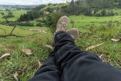 Sirva la reclinación sobre la hierba de una granja fotos de archivo libres de regalías