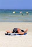 Sirva la relajación en la playa en verano Fotos de archivo
