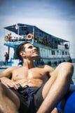 Sirva la relajación en una balsa con la cámara de la acción Fotos de archivo