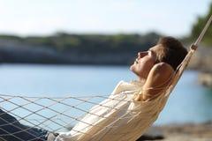 Sirva la relajación en una hamaca en la playa Imagenes de archivo