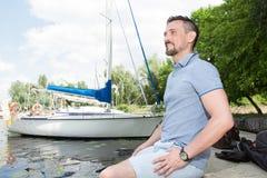 Sirva la relajación y disfrutar de la visión en naturaleza y el lago Hombre hermoso que respira al aire libre en fondo del barco fotos de archivo libres de regalías