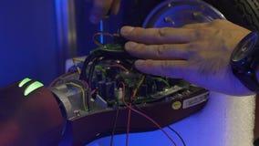 Sirva la reparación segway, servicio de la garantía gratis, ingeniero que trabaja con las herramientas almacen de video