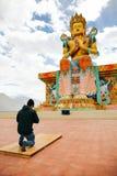 Sirva la rogación en el templo budista tibetano de Maitreya en Ladakh, la India Fotografía de archivo libre de regalías