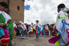 Sirva la ropa y las máscaras tradicionales que llevan que bailan el Huaylia en el día de la Navidad delante de la catedral de Cuz Fotos de archivo libres de regalías