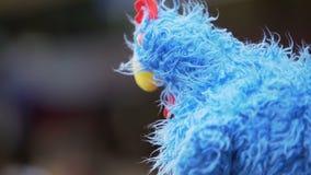 Sirva la situación con el gallo del juguete en la cabeza, mascota nacional del equipo de fútbol francés almacen de video