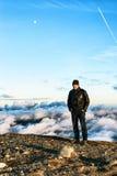 Sirva la situación en el borde de un pico Fotografía de archivo libre de regalías