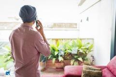 Sirva la situación en el suyo detrás, hablando en el teléfono celular fotos de archivo libres de regalías