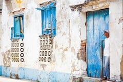 Sirva la situación en la entrada de una casa dilapidada Fotografía de archivo