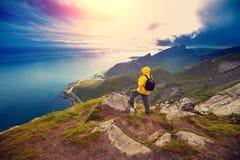 Sirva la situación turística en un acantilado de la roca fotografía de archivo