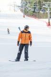 Sirva la snowboard en una estación de esquí en un día soleado Imágenes de archivo libres de regalías