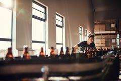 Sirva la supervisión de la producción de cerveza del arte en la cervecería fotografía de archivo