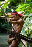 Sirva la tribu de Mentawai del cazador con un arco y una flecha en la selva Imagenes de archivo