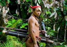 Sirva la tribu de Mentawai del cazador con un arco y una flecha en la selva Imagen de archivo