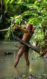 Sirva la tribu de Mentawai del cazador con un arco y una flecha en la selva Foto de archivo