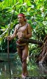 Sirva la tribu de Mentawai del cazador con un arco y una flecha en la selva Imágenes de archivo libres de regalías