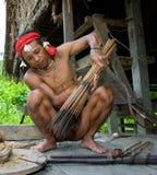 Sirva la tribu de Mentawai del cazador con un arco y una flecha en la selva Foto de archivo libre de regalías