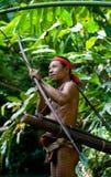 Sirva la tribu de Mentawai del cazador con un arco y una flecha en la selva Fotografía de archivo libre de regalías