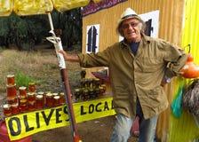 Sirva la venta de aceitunas y del soporte de borde de la carretera de la miel Grecia Imagen de archivo