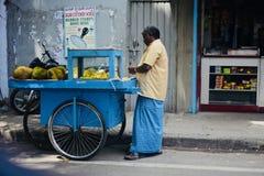 Sirva la venta de jackfruits en la calle de Bangalore la India imagen de archivo