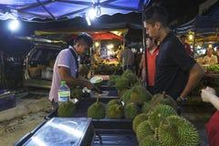 Sirva la venta de la fruta del duran en PJ Pasar Malam Fotografía de archivo