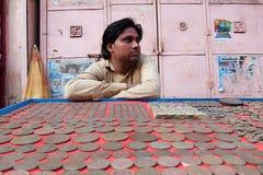 Sirva la venta de monedas viejas en la calle de Rishikesh foto de archivo libre de regalías