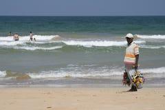 Sirva la venta de recuerdos en la playa de Bentota, Sri Lanka Imágenes de archivo libres de regalías