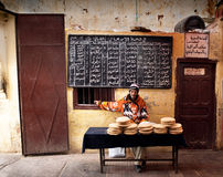 Sirva la venta del pan árabe típico en un mercado de Marruecos Fotos de archivo