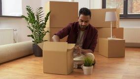 Sirva las cajas de embalaje y la mudanza al nuevo hogar metrajes