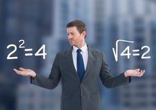 Sirva las ecuaciones de las sumas de la matemáticas que eligen o de decisiones con las manos abiertas de la palma Foto de archivo libre de regalías