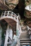 Sirva las escaleras hechas en la cueva oscura fotos de archivo