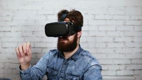 Sirva las gafas de la realidad virtual que llevan en la oficina Él está trabajando usando realidad virtual Tecnología moderna en  almacen de video