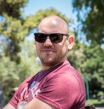 Sirva las gafas de sol que desgastan Fotos de archivo libres de regalías