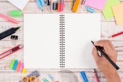 Sirva las herramientas del papel y de la escuela o de la oficina del cuaderno de la escritura de la mano Fotografía de archivo libre de regalías